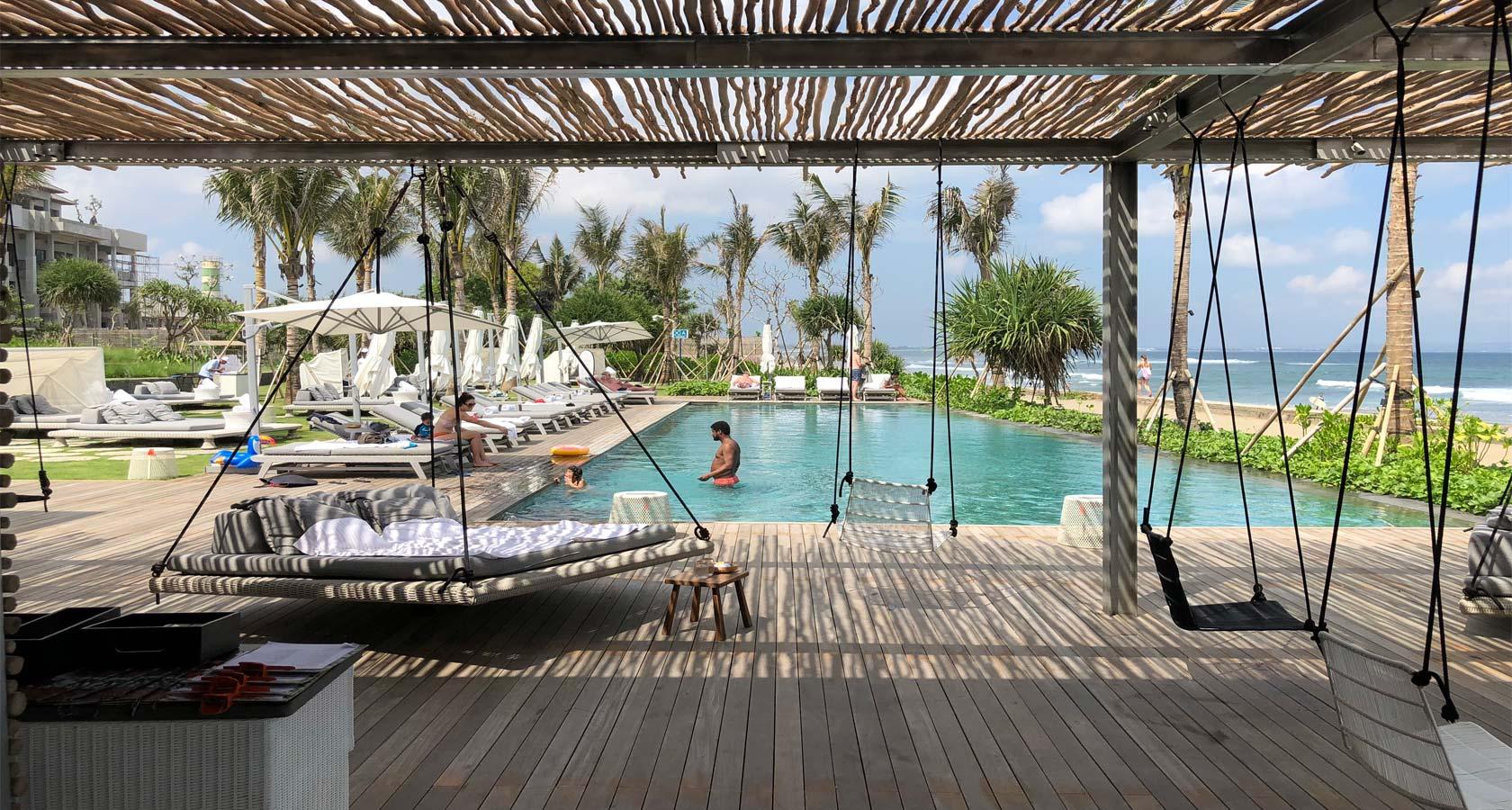 COMO UMA CANGGU pool by ocean