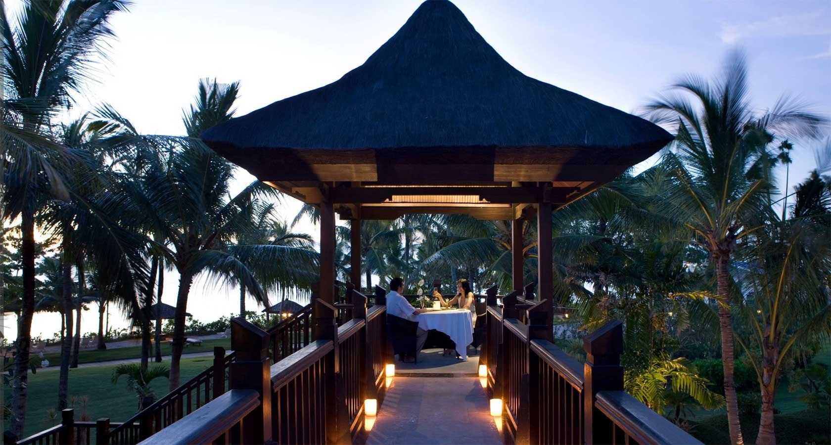 INTERCONTINENTAL BALI RESORT couple dine in pagoda